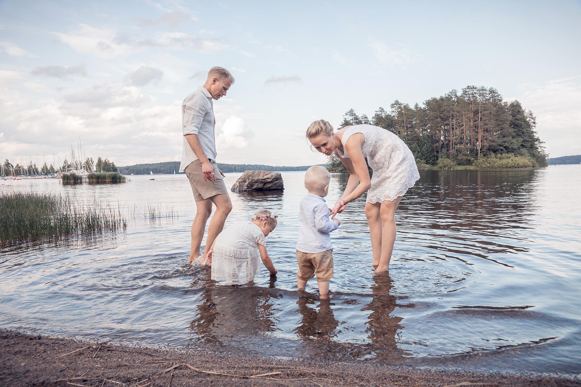 Kesäinen perhekuvaus rannalla Kuopiossa