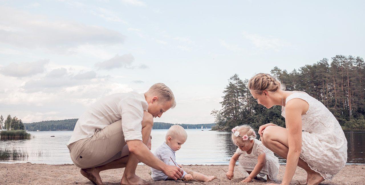 Kesäinen perhekuvaus hiekkarannalla Kuopiossa.
